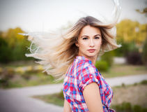 Wellness och brunnsort Sinnlig kvinnamodell med windswept flygmörker Royaltyfria Bilder