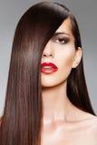 Wellness. ?osmetics. Frau mit dem glänzenden langen Haar Stockfotos