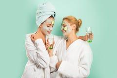 wellness SPA Αδελφές φίλων κοριτσιών που κάνουν τον άργιλο την του προσώπου μάσκα Αντι μάσκα ηλικίας Παραμονή όμορφη Φροντίδα δέρ στοκ εικόνες