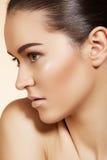 Wellness. Spaskönhetmodell med clean blank hud royaltyfria bilder