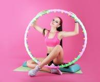 wellness Sport-Verein Frau, die mit Sport-Ausrüstung sitzt Lizenzfreie Stockfotos