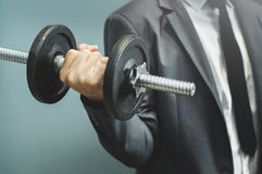 Wellness sunda begrepp Affärsmanlyftande hantel på offien arkivbilder