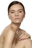 Wellness u. Badekurortschönheit. Baumuster mit sauberer Haut u. natürlichem Make-up Stockfoto