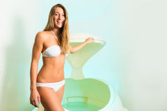 Wellness - ung kvinna som flottörhus i Spa i badkar arkivbild