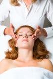 Wellness - vrouw die hoofdmassage in Kuuroord krijgen Royalty-vrije Stock Fotografie