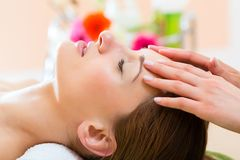 Wellness - woman getting head massage in Spa Royalty Free Stock Photography