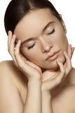Wellness, zdrój & zdrowie. Delikatna wzorcowa twarz z czystą miękką skórą & naturalnym makijażem fotografia stock