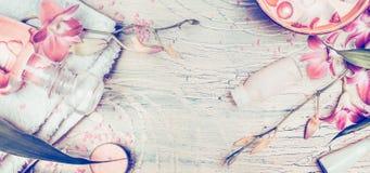 Wellnessbakgrund med orkidén blommar, och brunnsorten bearbetar: kräm, lotion, handduken och vatten bowlar på sjaskig chic träbak Royaltyfria Foton