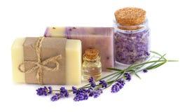 Wellnessbehandelingen met lavendelbloemen op wit Royalty-vrije Stock Foto's