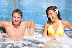 Wellnessen Spa - koppla ihop att koppla av i varmt badar bubbelpoolen Arkivfoton