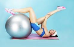 Wellnesskonzept Frau in der Sportkleidung mit Sport-Ausrüstung Lizenzfreie Stockfotografie