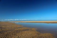 Wells après le sable de plage de mer rencontre le ciel Angleterre R-U Images stock