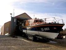 Wells después el bote salvavidas del mar RLNI fuera de la casa de estación Imagen de archivo