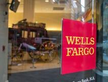 Wells Fargo firma en una puerta giratoria Imagen de archivo libre de regalías