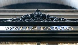 Wells Fargo firma encima la ventana de la rama Fotos de archivo