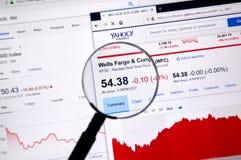 Wells Fargo ticker med diagram Arkivfoton
