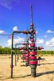 Wells que extrae el aceite del campo en Siberia Fotos de archivo libres de regalías