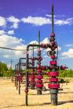 Wells que extrae el aceite del campo en Siberia Foto de archivo libre de regalías