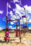 Wells qui extraient l'huile à partir du champ en Sibérie Photos stock