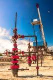 Wells qui extraient l'huile à partir du champ en Sibérie Photos libres de droits