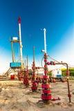 Wells qui extraient l'huile à partir du champ en Sibérie Photographie stock