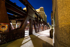 Wells-Straßenzugbrücke in Chicago an der Dämmerung Lizenzfreies Stockfoto