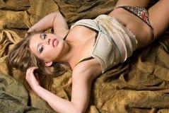 Wellustige vrouw op gevouwen achtergrond Royalty-vrije Stock Foto's