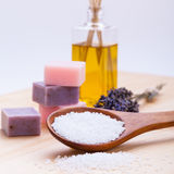 Welnness温泉反对肥皂和腌制槽用食盐特写镜头 免版税库存图片