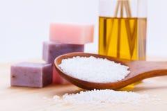 Welnness温泉反对肥皂和腌制槽用食盐特写镜头 免版税图库摄影