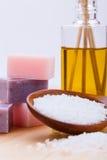 Welnness zdroju przedmioty mydlani i kąpielowej soli zbliżenie Fotografia Royalty Free