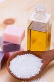 Welnness zdroju przedmioty mydlani i kąpielowej soli zbliżenie Fotografia Stock
