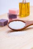 Welnness zdroju przedmioty mydlani i kąpielowej soli zbliżenie Zdjęcia Stock