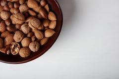Welnuts nella vista di legno del piatto da sopra Fotografia Stock Libera da Diritti