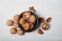 Welnuts nella vista di legno del piatto da sopra Immagini Stock