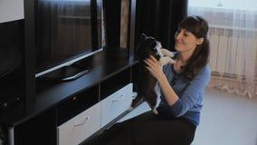 Welpensibirischer husky und -mädchen im Haus stock video