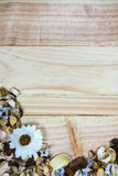 Welriekend mengsel van gedroogde bloemen en kruiden op hout Royalty-vrije Stock Afbeeldingen