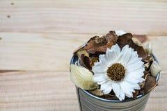 Welriekend mengsel van gedroogde bloemen en kruiden in pot op hout Stock Foto