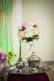 Welriekend mengsel van gedroogde bloemen en kruiden zilveren kommen en geurpotten Royalty-vrije Stock Fotografie