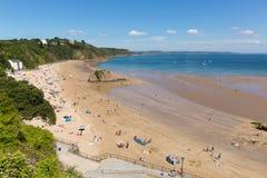 Wels strand in de zomer Tenby Pembrokeshire Zuid-Wales het UK royalty-vrije stock fotografie