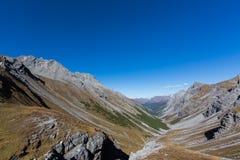 Welschtobelcanion in Schanfigg, Zwitserland, bergen, blauwe sk royalty-vrije stock foto's