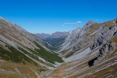 Welschtobelcanion in Schanfigg, Zwitserland, bergen, blauwe sk royalty-vrije stock fotografie