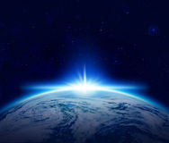Welt, blauer Planeten-Erdsonnenaufgang über bewölktem Ozean im Raum Lizenzfreies Stockbild