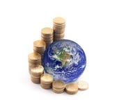 Welt, die auf Geld steht Lizenzfreie Stockbilder