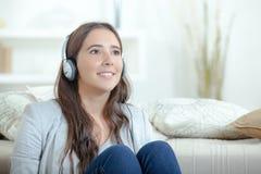 Welt mit Kopfhörern heraus blockieren Stockfoto