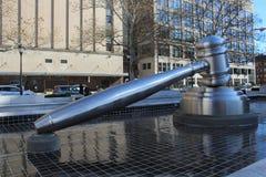 Welt-` s größter Hammer nahe bei Ohio-Oberstem Gericht, Columbus, Ohio stockbild