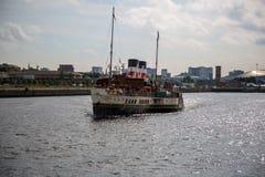 Weltberühmter Paddel-Dampfer Waverley, das hinunter den Fluss Clyde schaut Ost von Govan, Glasgow, Schottland vorangeht Lizenzfreie Stockfotos