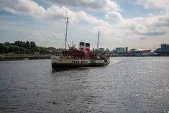 Weltberühmter Paddel-Dampfer Waverley, das hinunter den Fluss Clyde schaut Ost von Govan, Glasgow, Schottland vorangeht Lizenzfreie Stockbilder