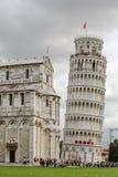 Weltberühmtes Marktplatz dei Miracoli in Pisa, Italien (12. Jahrhundert) Lehnender Kontrollturm Stockbilder