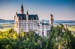Weltberühmtes Neuschwanstein-Schloss im schönen Abendlicht, Fussen, Deutschland lizenzfreie stockfotografie