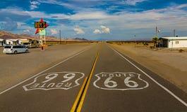 Weltberühmtes und historisches Route 66 unterzeichnet auf Straße an ikonenhaftem Roy-` s Motel und Café in Amboy, Kalifornien lizenzfreies stockfoto